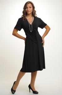 Společenské černé zavinovací šaty pro plnější postavy