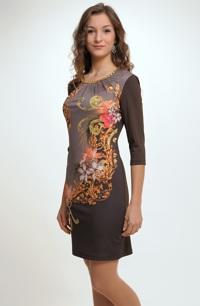 Krátké šaty ze zajímavé pleteniny s potiskem na předním dílu