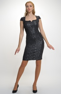 Společenské krátké pouzdrové šaty pro plnější poprsí.