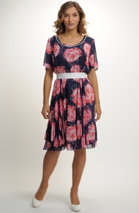 Společenské šaty s barevným potiskem. f5fce5f6b15