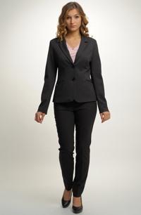 Elegantní kalhotový kostýmek ve sportovně elegantním stylu.