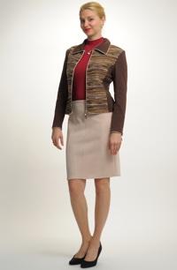 Pletážový kostýmek se sukní semišového vzhledu.