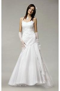 Svatební šaty s delším živůtkem a bohatou sukní.