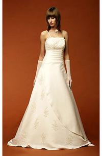 Dlouhé svatební šaty se sklady v pase a s výšivkou.
