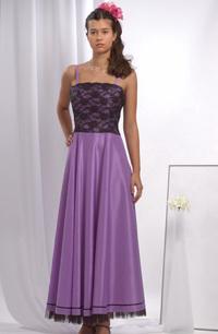 Společenské fialkové šaty s krajkovým sedlem