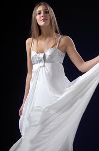 Bílé svatební šaty do zajímavého sedla s vlečkou.
