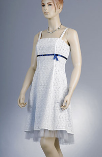 Dívčí minišaty z bílé madeiry podložené světle modrou podšívkou jsou zdobené modrou stužkou a tylovou podšívkou.