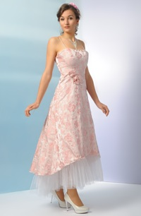 Korzetové svatební šaty s asymetrickou sukní vhodné i pro starší družičku