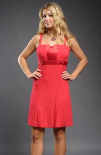 Krátké červené šaty zdobené lesklými pásky