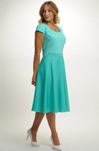Šaty s ozdobným živůtkem a bohatou sukní