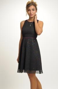 Mladistvé šaty s řasením na sukni