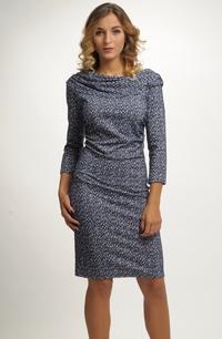 Dámské pleteninové šaty s řaseným předním dílem