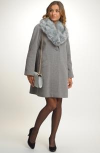 Kabát v retro-stylu s položenou fazónou a kožešinovým límcem