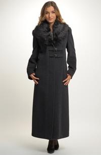 Kabát s velkým kožešinovým límcem