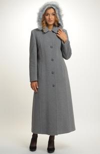 Velmi elegantní dlouhý dámský kabát ve světlé barvě.