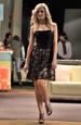 Krátké dívčí společenské šaty bez ramínek