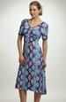 Šaty s řasením a s výrazným modním vzorem