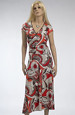 Šaty s řasením na boku a s výrazným modním vzorem