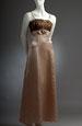 Společenské šaty s krajkovým sedlem a ozdobou