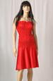 Červené šaty bez ramínek vhodné i na párty
