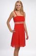 Červené minišaty s drobnou výšivkou v barvě šatů