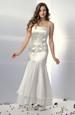 Svatební šaty v úzké štíhlé siluetě s bohatým volánem.