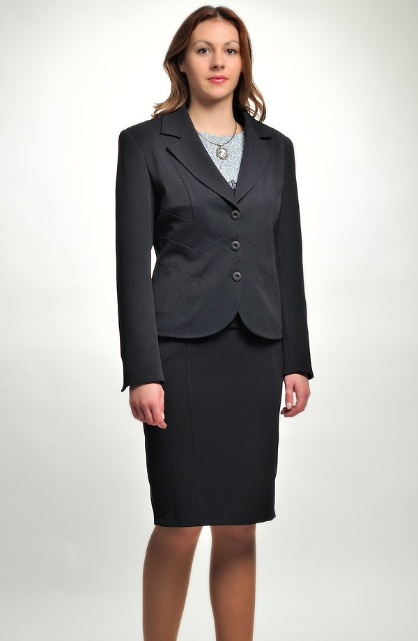 a0c7d8e1220a ... Černý dámský kalhotový a sukňový kostým zdobený štepováním ...