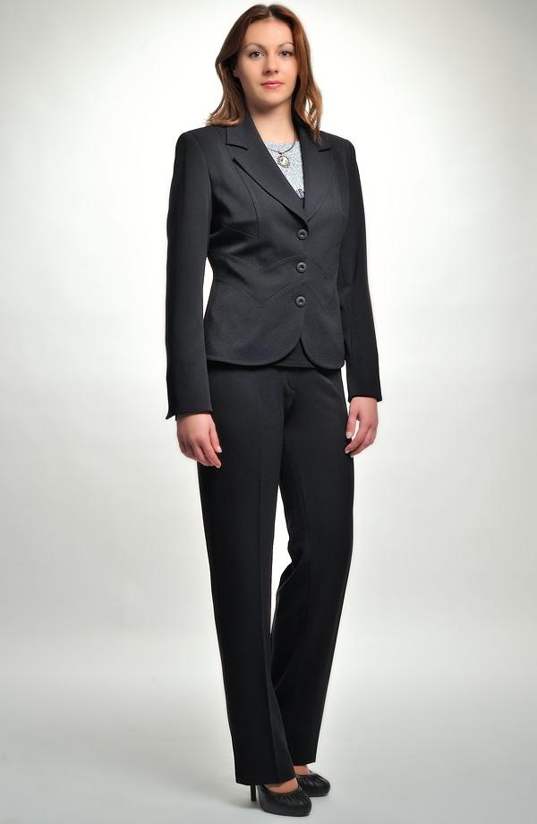 f716c62a582e Černý dámský kalhotový a sukňový kostým zdobený štepováním ...