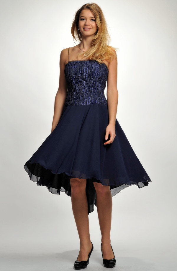c91a884822a ... Krátké společenské šaty s korzetovým živůtkem z plastické tkaniny
