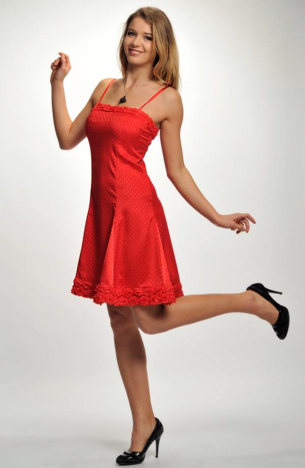 01216f35105f Krátké společenské šaty se zdobeným sedlem