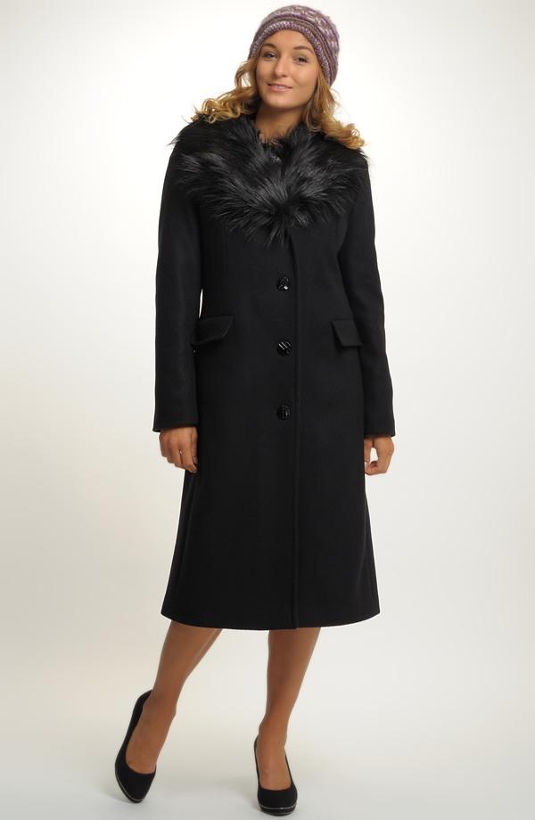 db3eca9e72a Dlouhý dámský vlněný kabát s kožešinovým límcem ...