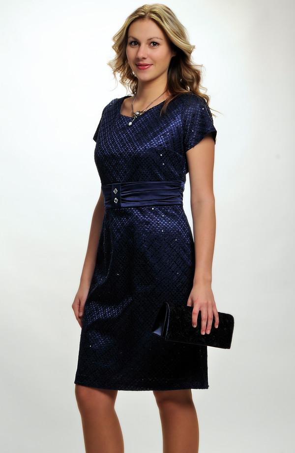 7f32f3f1b07b Elegantní koktejlové šaty z krajky na saténu v tmavě modré