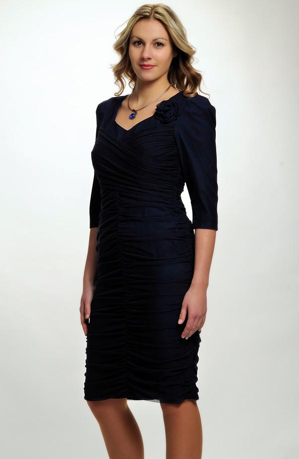 ccd7874b735 Společenské šaty s tylem i pro plnoštíhlé zdobené řasením