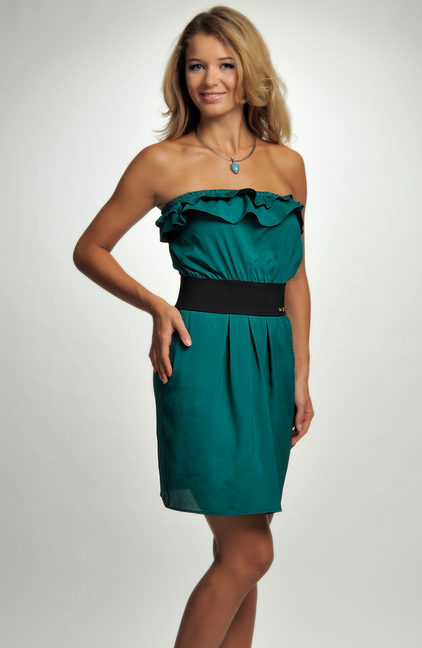 738fcd0b1b7a ... Dívčí koktejlové šaty zdobené volánkem v zelené barvě ...