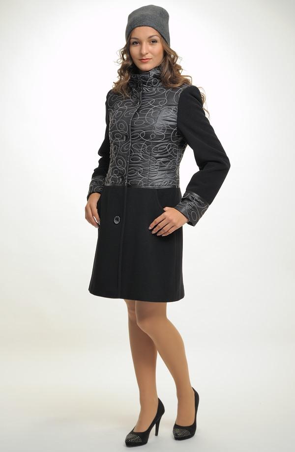 8ad6f790a44 Elegantní dámský kabát kombinovaný z proševu a flauše