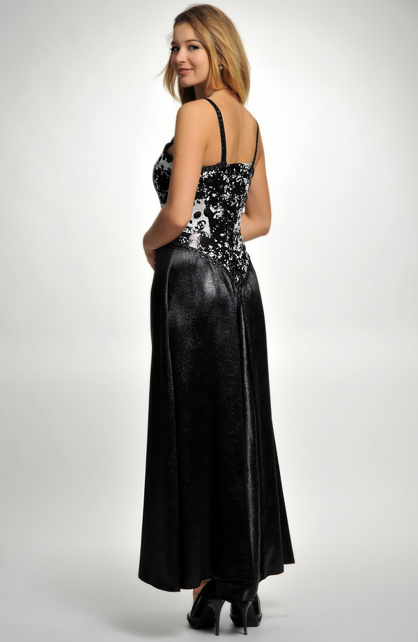 f0405117aec ... Šaty korzetového střihu zdobené flitry na maturitní ples