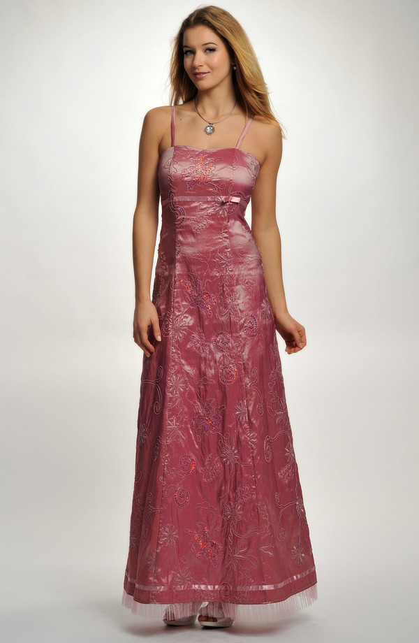 4608e1df145 Levné šaty na ples s jemnou výšivkou v růžové barvě.