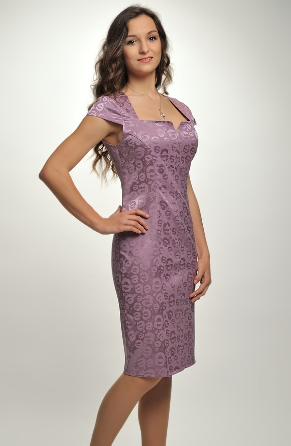 8f3ab9eee7c3 ... Společenské koktejlové šaty v módní fialové barvě ...