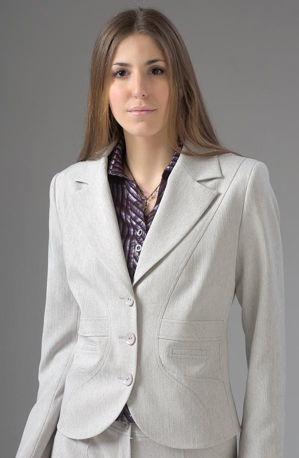 Světlý dámský elegantní kalhotový kostým