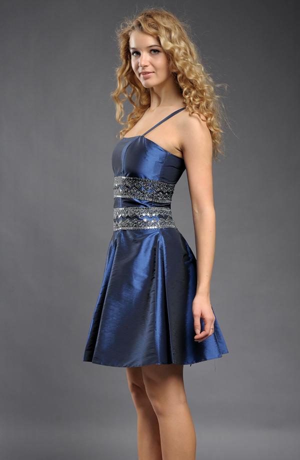 0135e54a44a ... Krátké luxusní šaty na ples zdobené krajkou s flitry ...