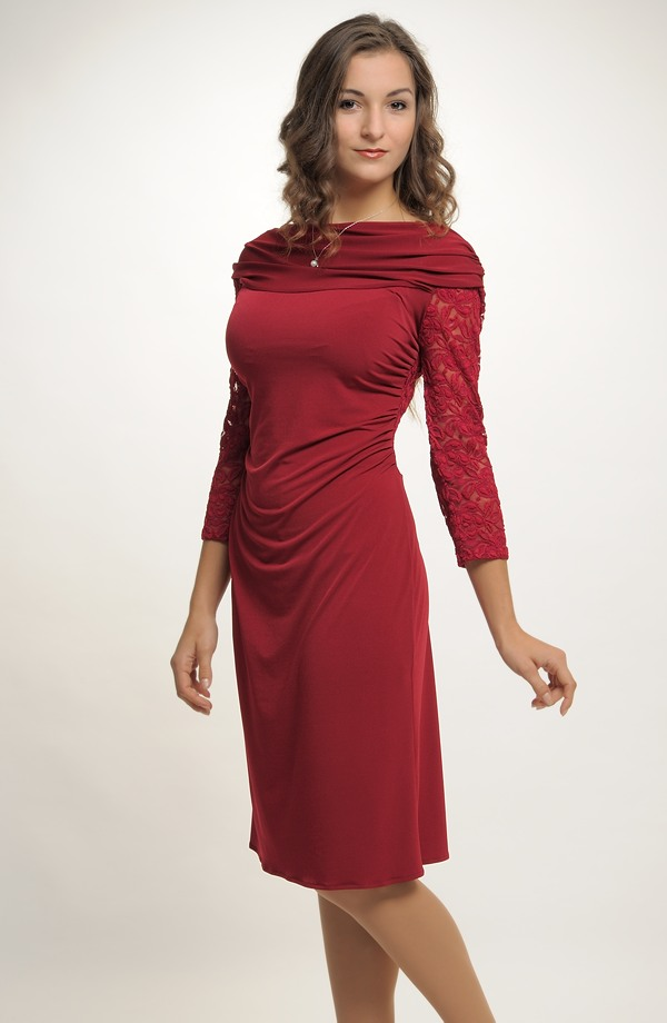 0f83ed552ff Krátké společenské šaty zdobené krajkou na zádech a na rukávech ...