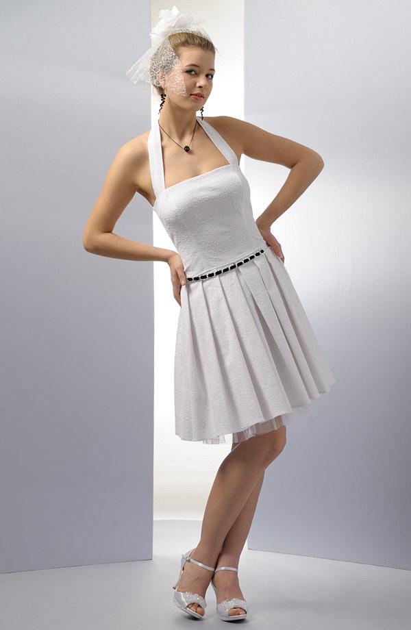 c73d578230a0 Krátké svatební šaty korzetového střihu s ramínky za krk.