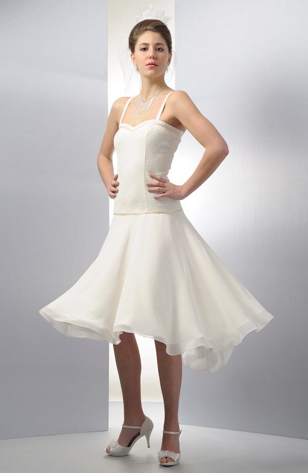 5ba02376f5d2 Elastické krátké korzetové šaty s kolovou sukýnkou vhodné na svatbu.