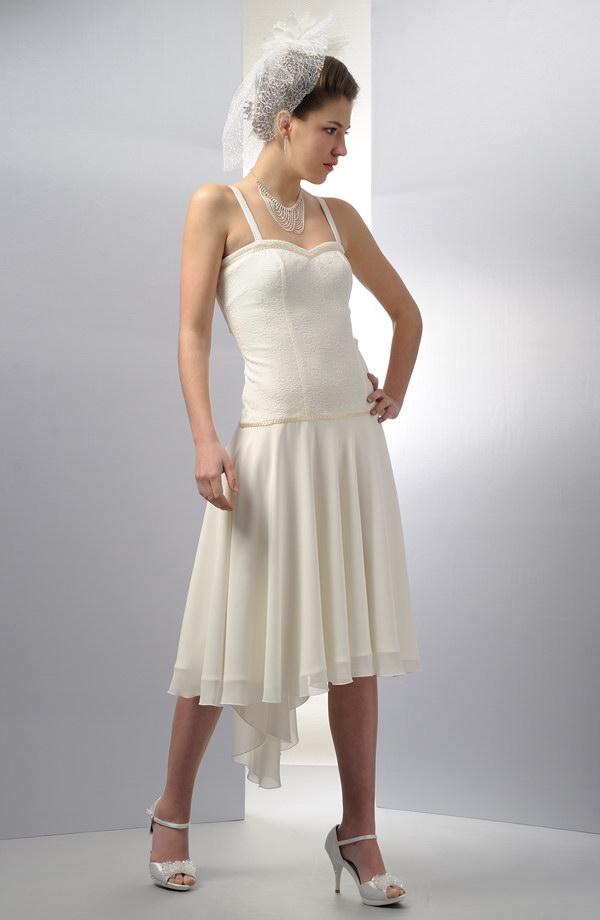 31ff18160fd5 Krátké korzetové svatební šaty s kolovou sukní