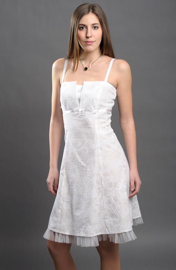 Bílé šaty na ramínka vhodné i na letní svatební párty. 3b2718dea3