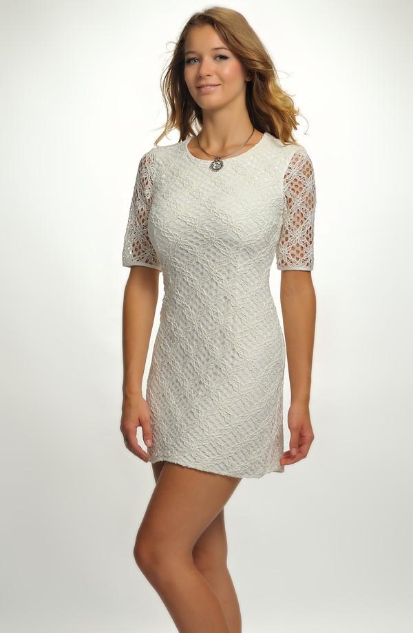 93b62c88435 Krátké bílé krajkové šaty s rukávky ...