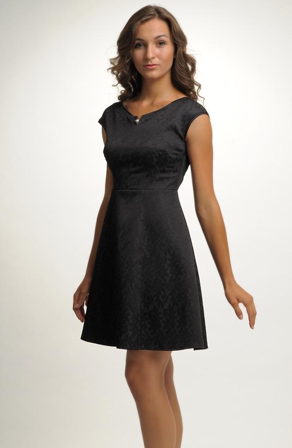 Elegantní malé černé koktejlové šaty v mírně rozšířené siluetě. V nabídce  jsou vel. 68b70a43cfd
