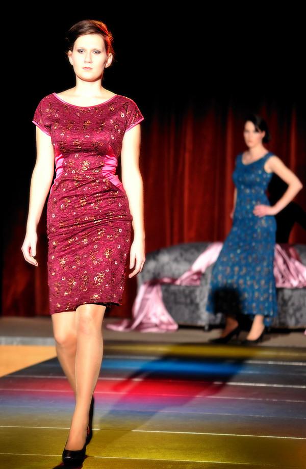 2803e9b1674 ... Krátké dámské společenské šaty z krajky jsou kombinované s elastickým  saténem ...