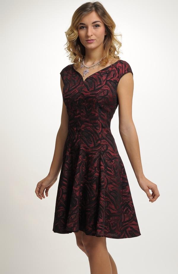 b34973ec8b6 Šaty s vyštíhleným pasem a bohatou sukní ...