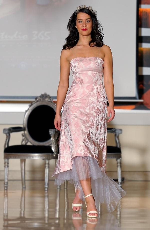 b8f2efa9dcf ... Korzetové šaty s asymetrickou sukní vhodné i pro starší družičku ...